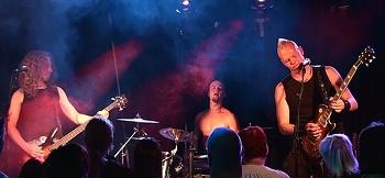 Bändi rokkaa kauheesti